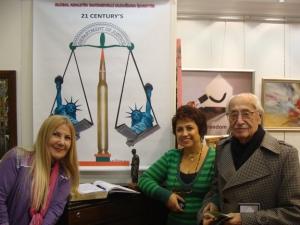"""Mine Arasan, Mediha Gerez Prof. İsmail Tunalı ile, Yücel Dönmez'in """"Adalet"""" çalışmasının önünde"""
